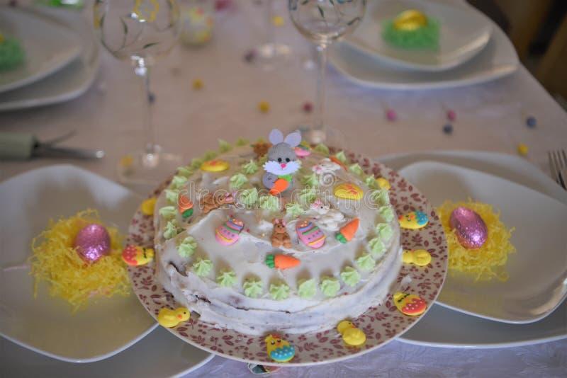 在一张被摆的桌子上的复活节蛋糕 图库摄影