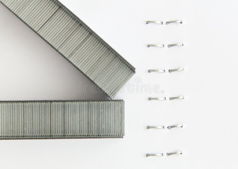 在一张被钉的纸的钉书针 免版税库存图片
