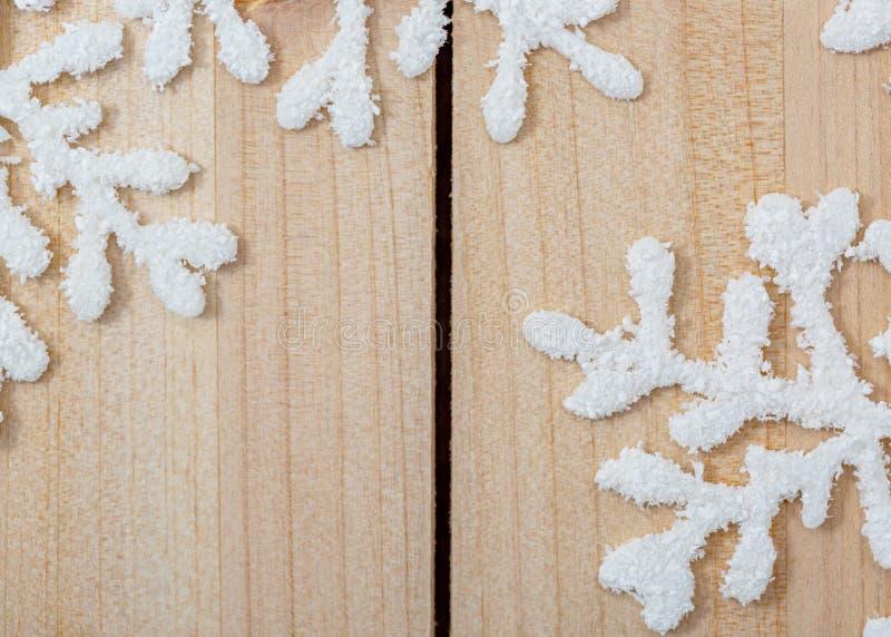 在一张轻的木桌上的白色人为雪花 文本的新年和圣诞装饰背景和拷贝空间 r 库存照片