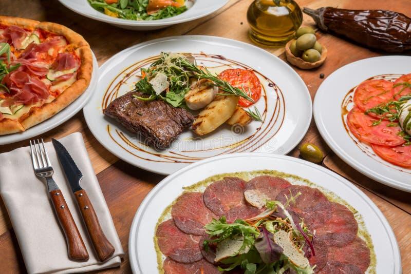 在一张附近的桌上的意大利食物 库存照片