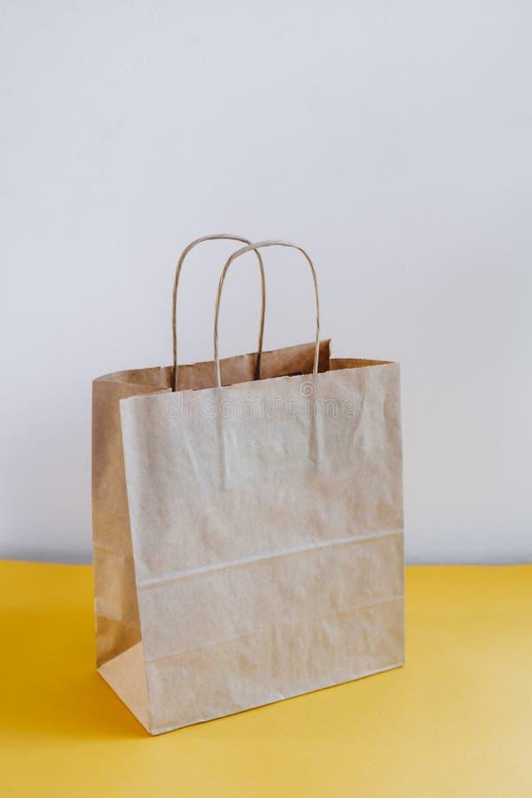 在一张黄色桌上的生态工艺包裹 免版税库存图片