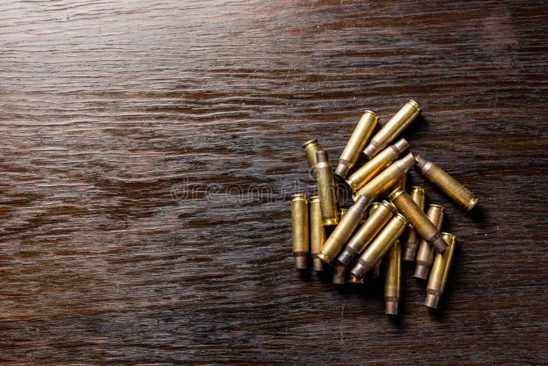 在一张黑暗,木桌上的空的子弹框 免版税库存照片