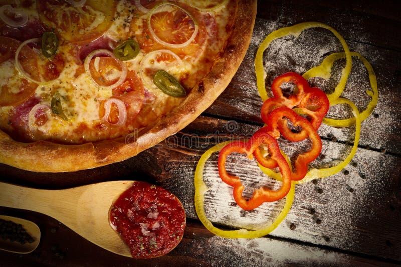 在一张黑木桌上的可口海鲜虾和淡菜比萨 烹调意大利语的食品成分 顶视图 免版税库存照片