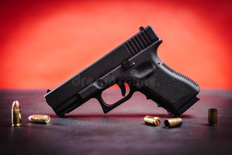 在一张黑桌上的黑手枪 库存照片