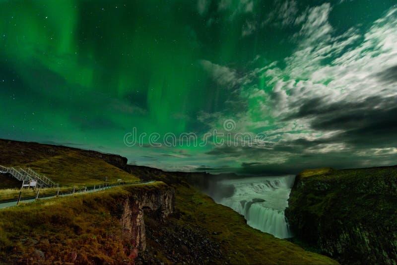 在一惊人的nightscape的极光Borealis 与美好的绿灯风景的旅行目的地 免版税库存照片