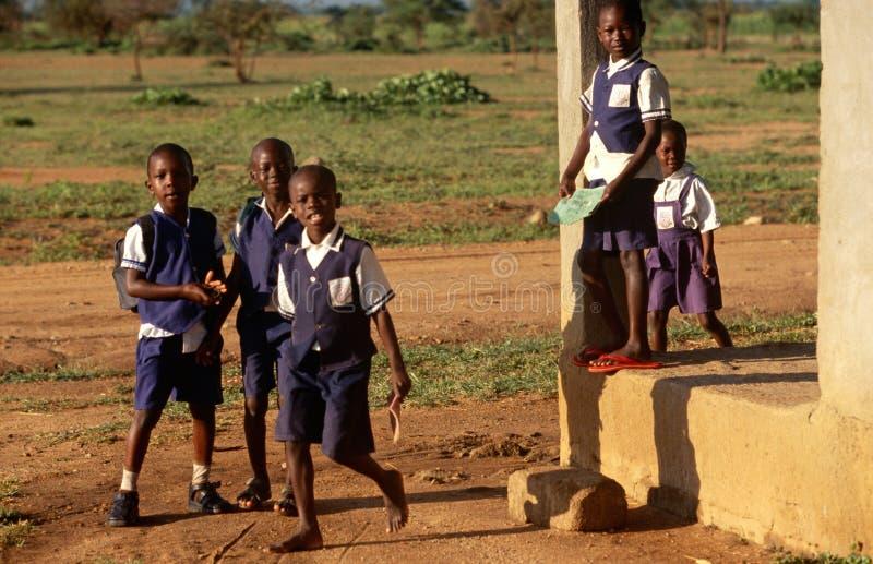 在一所学校之外的学员在卢旺达 免版税库存图片