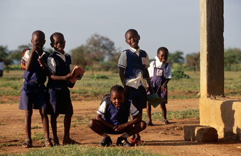 在一所学校之外的学员在卢旺达 库存图片