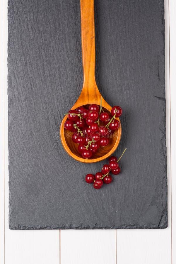 在一把木匙子的无核小葡萄干 免版税库存图片