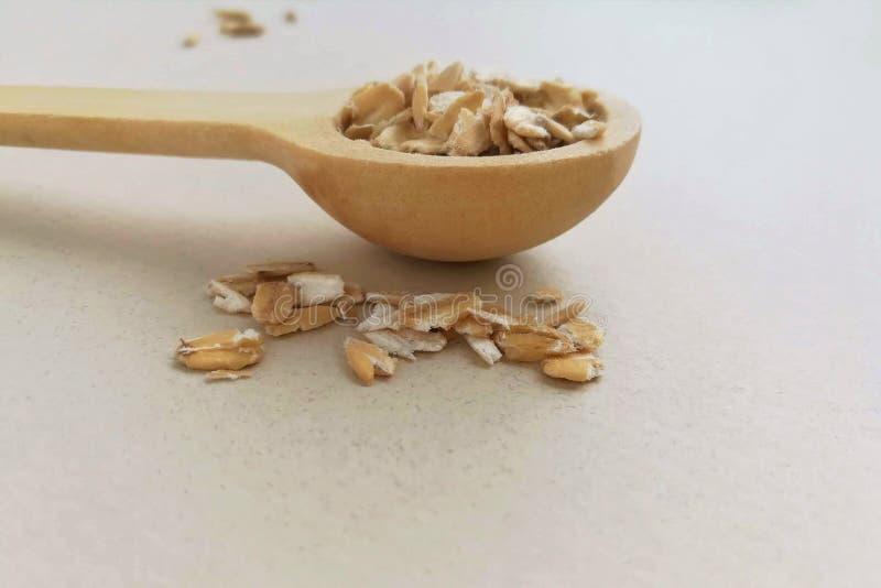 在一把木匙子的燕麦粥 免版税库存照片