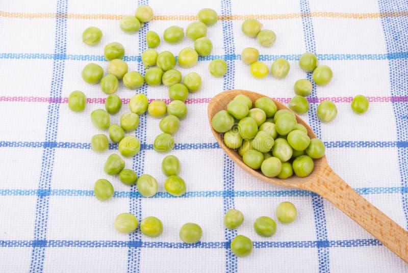在一把木匙子的绿豆 免版税库存照片