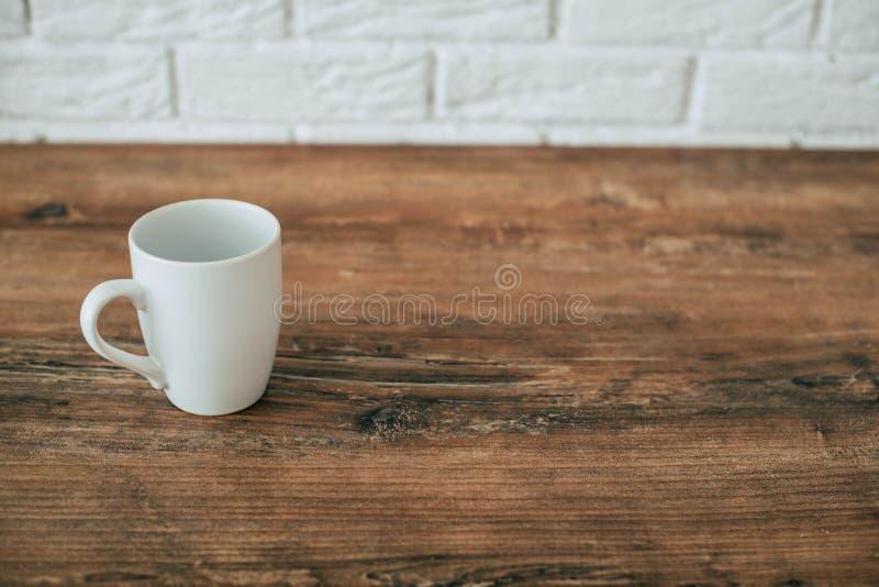 ?? 在一把木椅子的一个杯子 图库摄影
