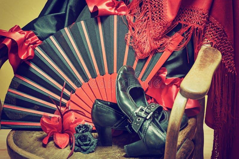 在一把木椅子的佛拉明柯舞曲衣物 图库摄影