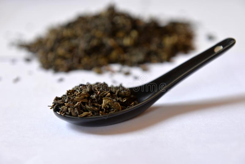 在一把黑匙子的绿茶 免版税库存照片