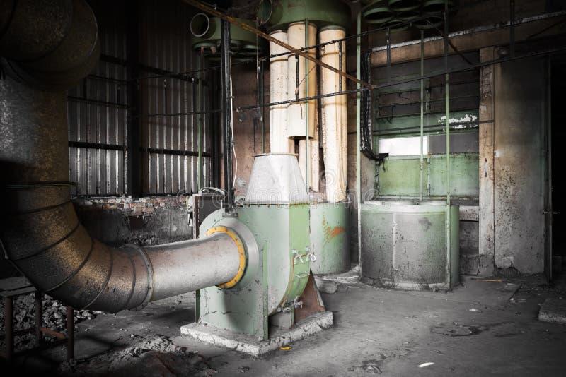 在一排被放弃的工厂厂房的空气滤清器机器 免版税库存图片