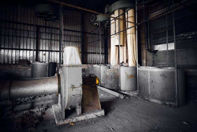 在一排被放弃的工厂厂房的空气滤清器机器 免版税库存照片
