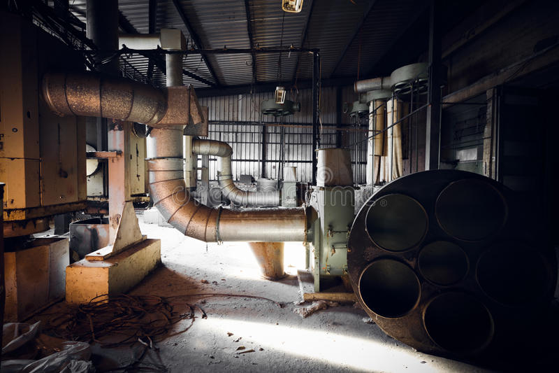 在一排被放弃的工厂厂房的空气滤清器机器 免版税图库摄影