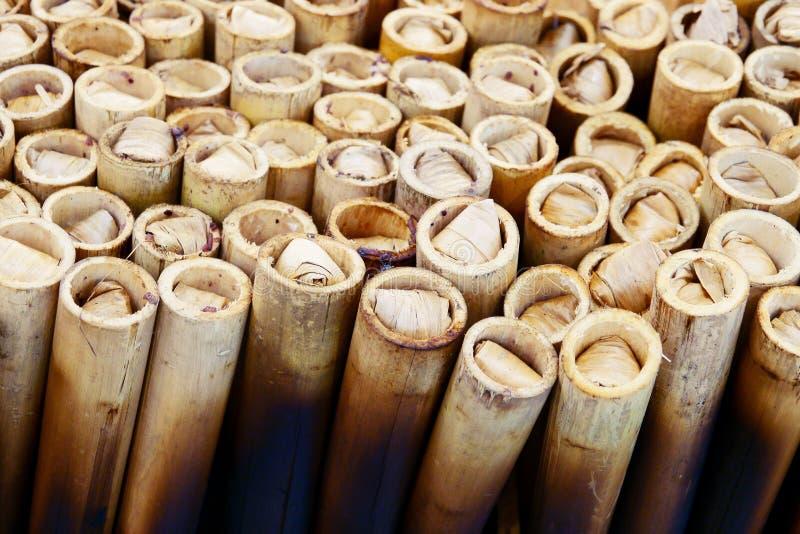 在一支竹管的Khao潜逃、糯米烹调用椰奶和大豆 免版税库存图片