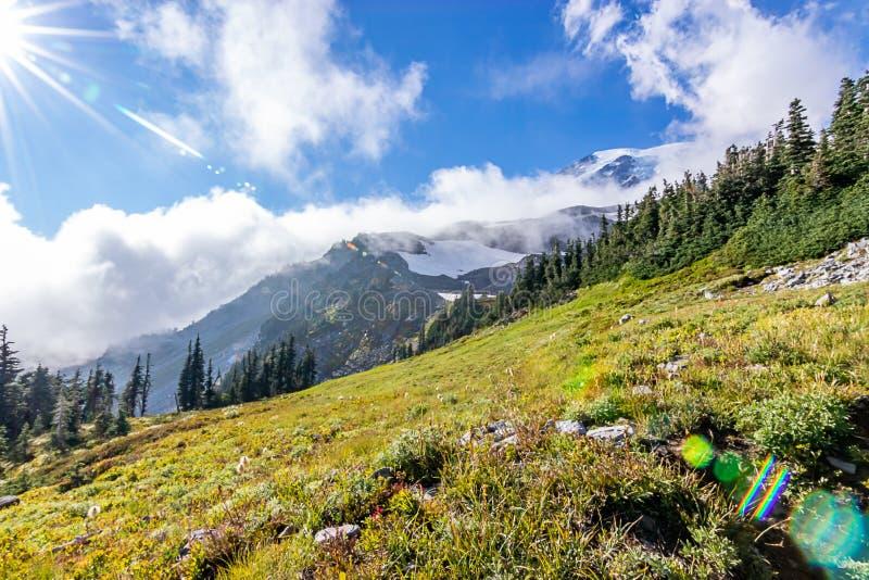 在一明亮的天空蔚蓝下的绿色山风景 免版税库存图片