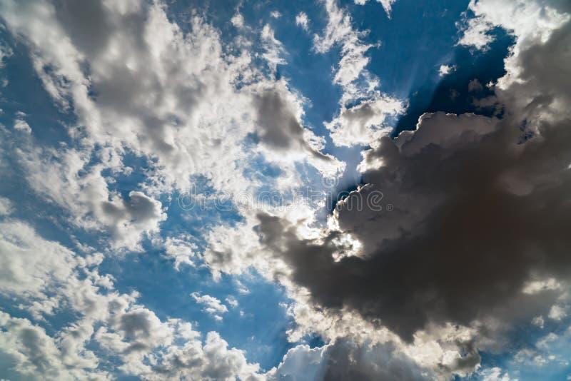 在一明亮的天空蔚蓝的黑暗的暴风云 图库摄影