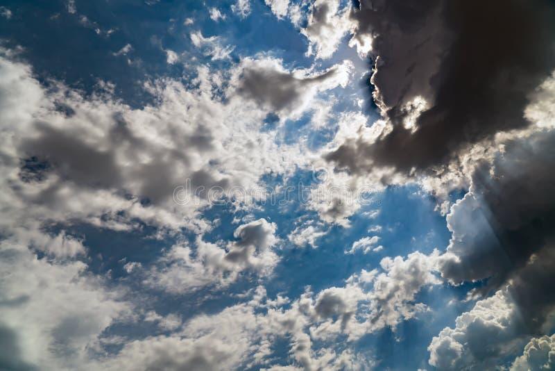 在一明亮的天空蔚蓝的黑暗的暴风云 免版税库存图片