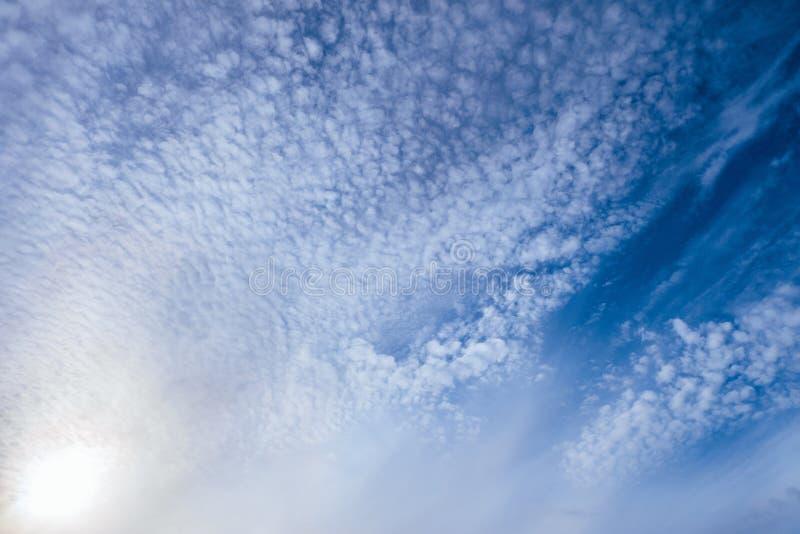 在一明亮的晴朗的天空蔚蓝的轻的小卷积云 免版税库存照片
