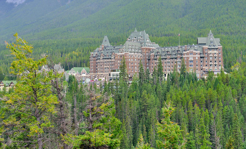 在一有雾的天期间,费尔蒙特班芙温泉酒店和温泉在班夫斯普林斯,加拿大 库存照片