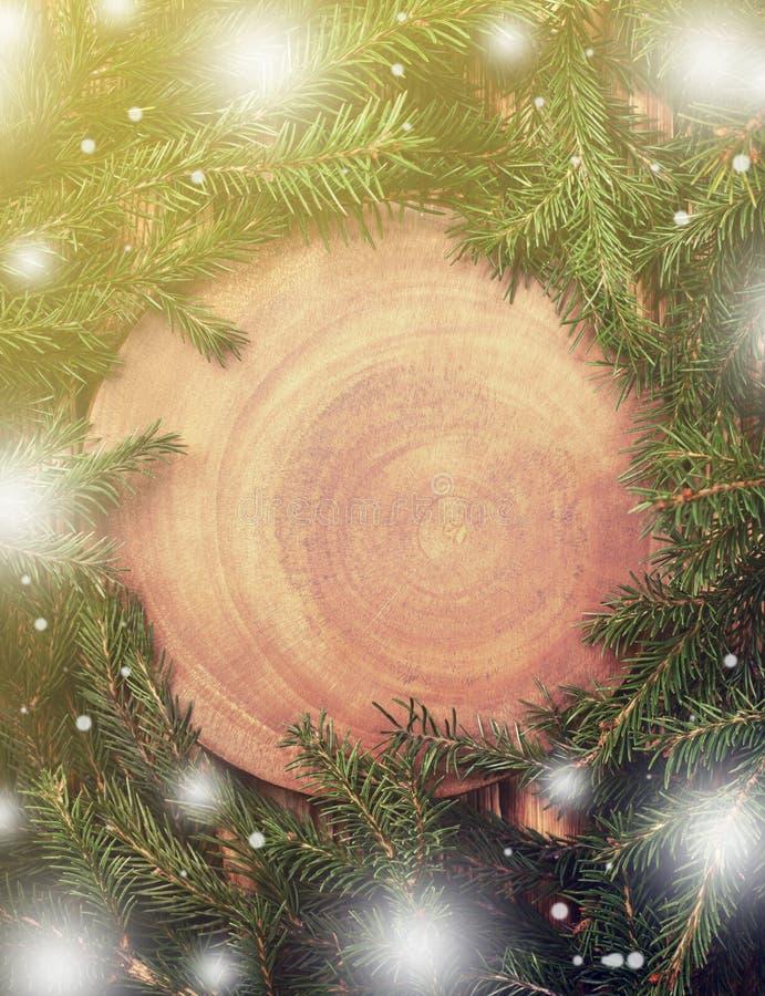 在一木背景定调子的圣诞树 免版税库存图片