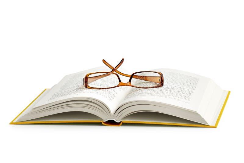 在一本开放书的放大镜 免版税库存照片