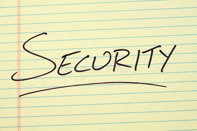 在一本黄色便笺簿的安全 免版税库存图片