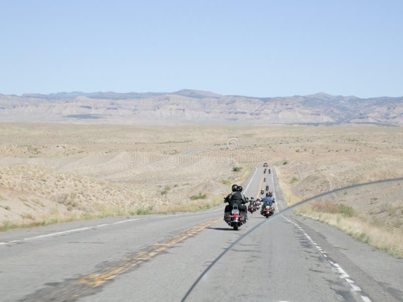 在一条偏僻的高速公路的摩托车小组 图库摄影