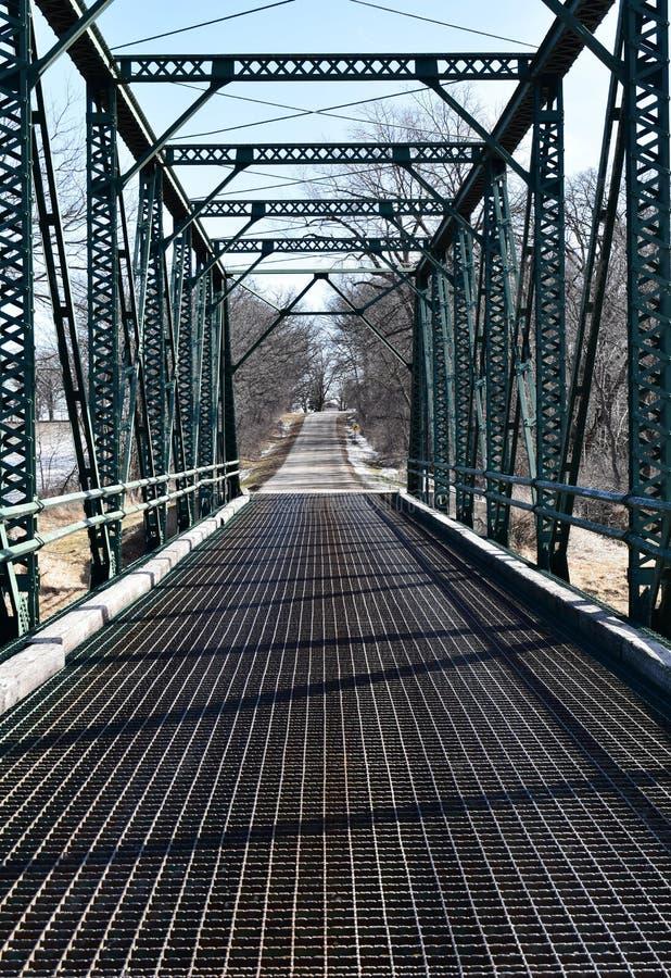 在一条农村路的铁桥梁 图库摄影