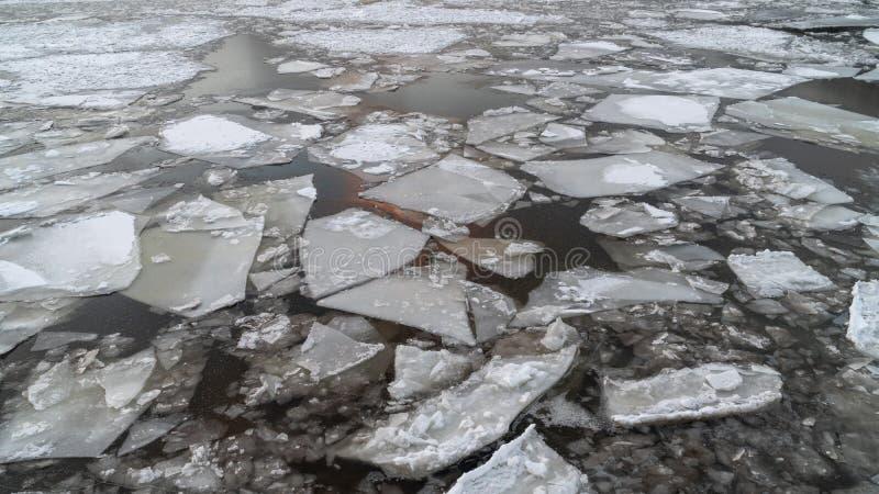 在一条冬天河的残破的冰有日落天空反射的 免版税库存图片