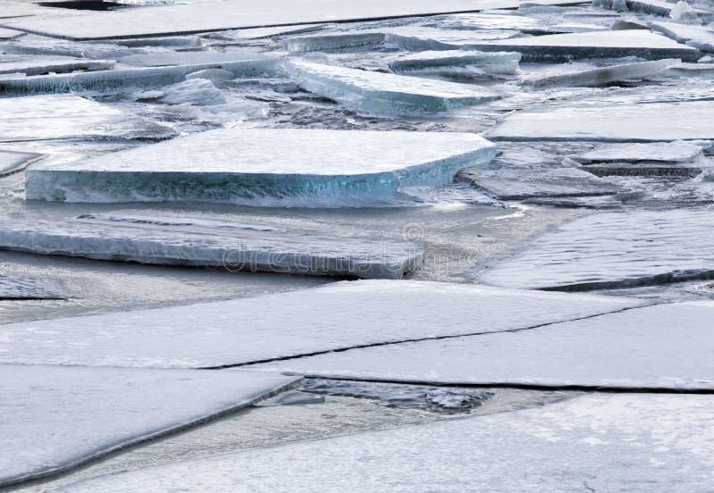 在一条冻河的冰大块 免版税库存图片
