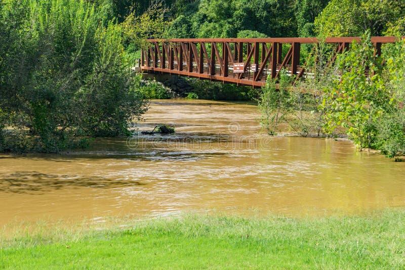 在一条发怒的罗阿诺克河的人行桥 库存照片