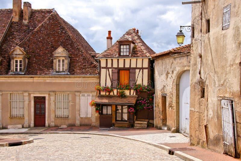 在一条古雅街道上的用木材建造的房子在伯根地,法国 免版税图库摄影