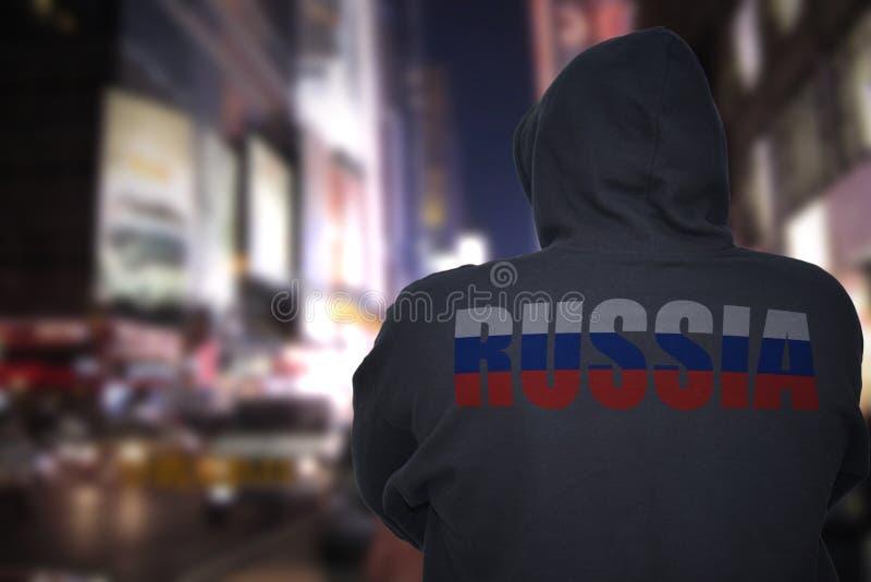 在一条城市街道上的危险人身分有有文本的俄罗斯黑有冠乌鸦的在他的  库存照片
