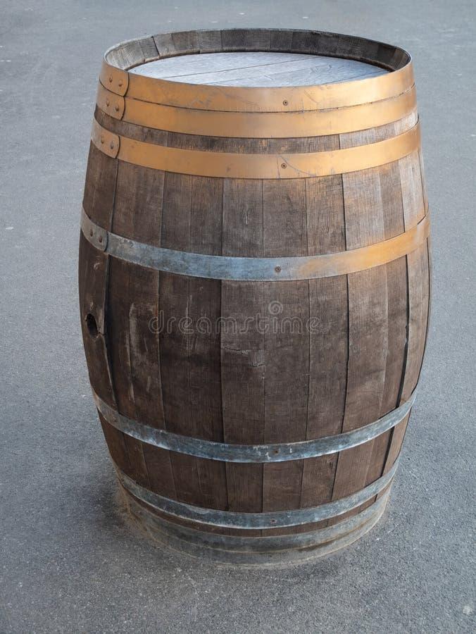 在一条城市街道上的特写镜头葡萄酒被风化的生锈的木桶淡啤酒客栈 免版税库存照片