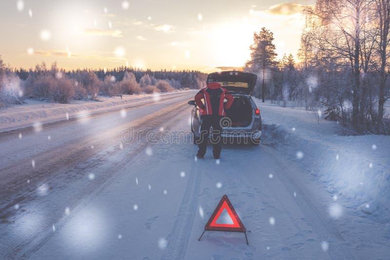 在一条多雪的冬天路的残破的汽车 免版税库存照片