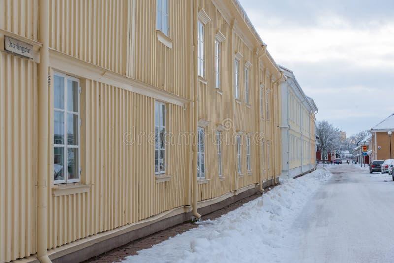 在一条多雪的街道上的黄色木房子在克里斯蒂娜港Varmland S 免版税库存图片