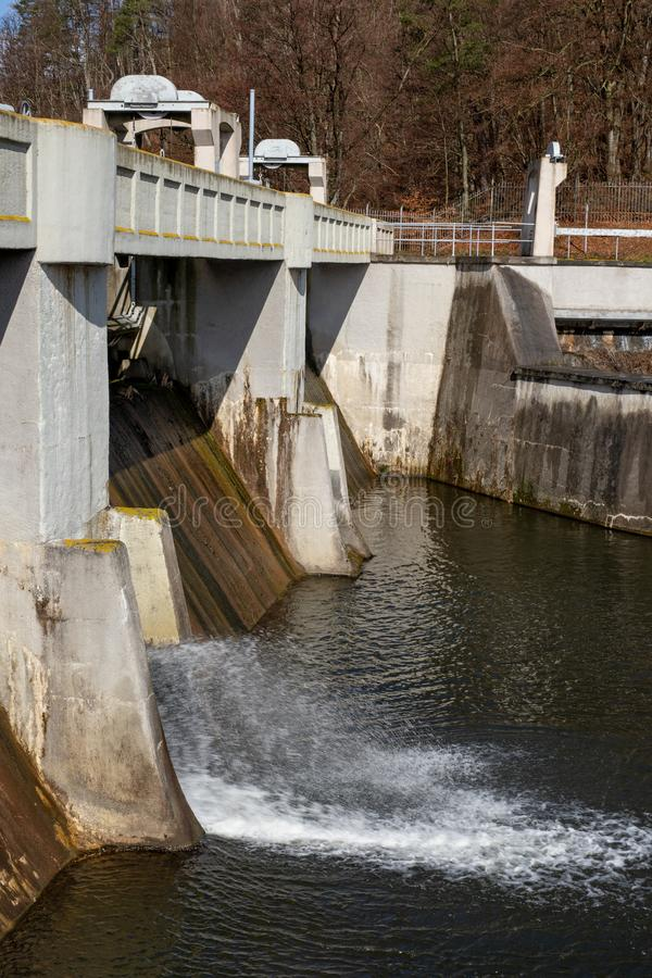 在一条小河的水水坝 成水平水的Hydrotechnical建筑在毒物期间 免版税库存照片