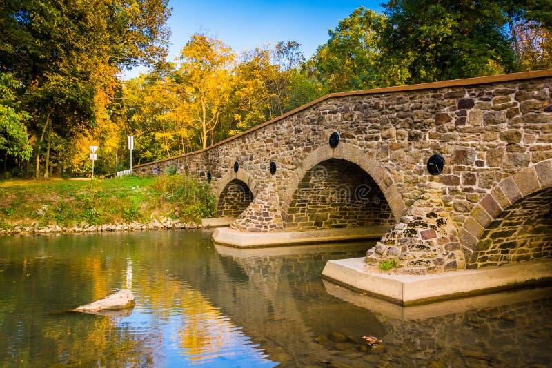 在一条小河的石桥梁在亚当斯县,宾夕法尼亚 库存图片