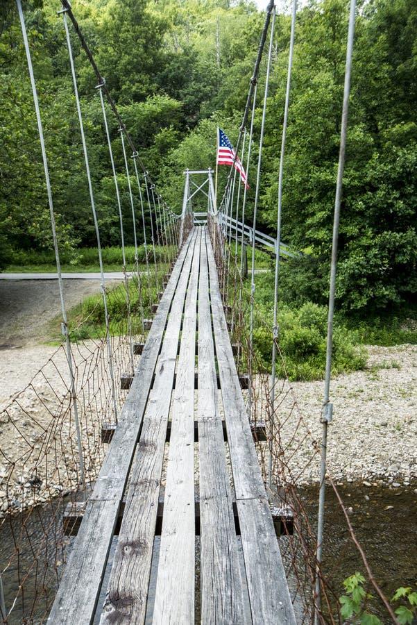 在一条小河的老平旋桥与旗子飞行 免版税库存图片