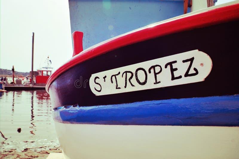 在一条小船写的圣特罗佩,有一个减速火箭的作用的 库存图片