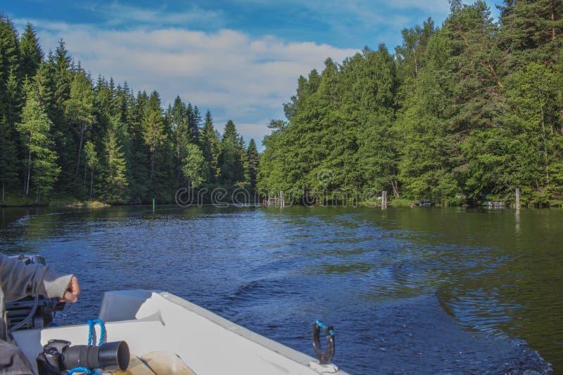 在一条小船的一美好的天在五海,风景 免版税图库摄影