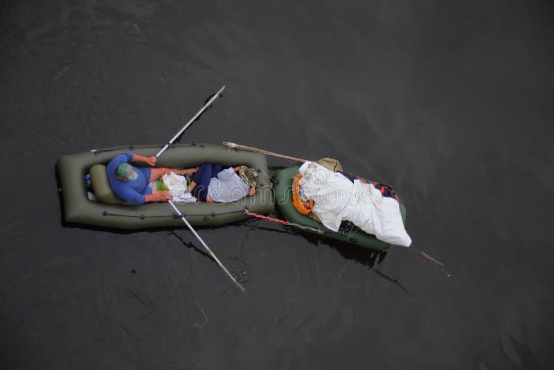 在一条小船的午间休息在水 免版税库存图片