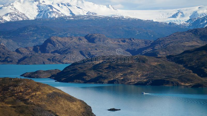 在一条小船的看法从Mirador Pehoe在托里斯del潘恩,巴塔哥尼亚,智利 库存图片