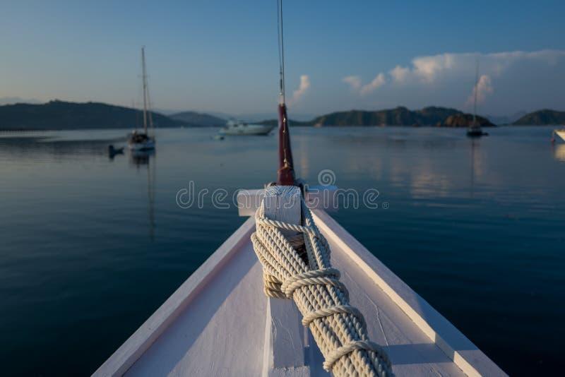 在一条小船的看法在纳闽Bajo在印度尼西亚 免版税库存照片