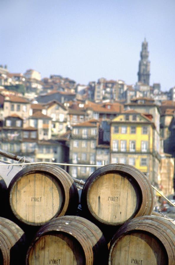 在一条小船的葡萄酒桶在河杜罗河 库存照片