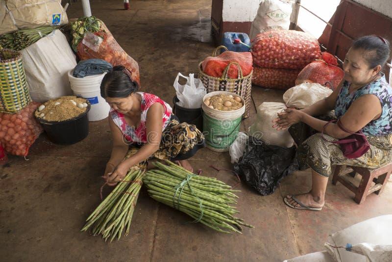 在一条小船里面的缅甸妇女供营商在Irrawaddy河 免版税库存照片