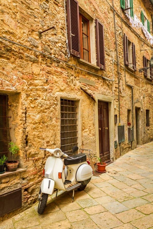 在一条小街道上的大黄蜂类在老镇 免版税库存照片